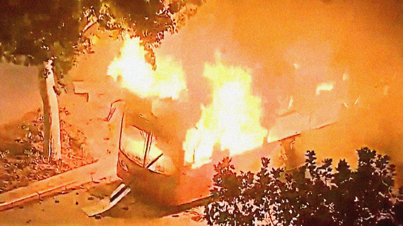 Encapuchados queman autobús en Santiago. Imagen: T13