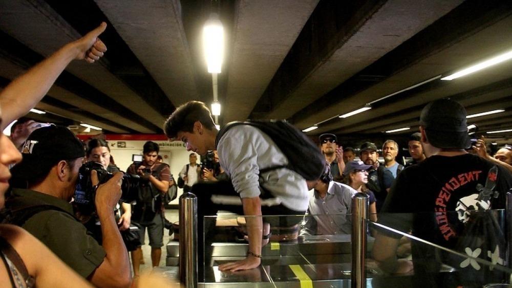 ¿Qué pasa en Chile que los estudiantes hacen evasiones masivas en el Metro?