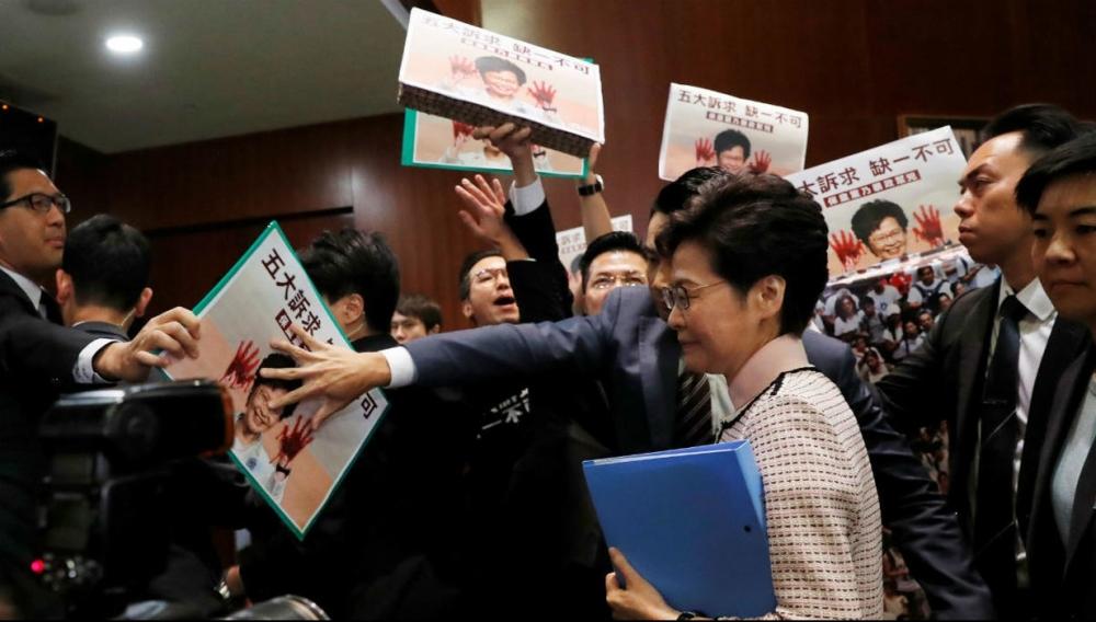 Hong Kong: Carrie Lam forzada a interrumpir discurso por abucheos y gritos en el Palacio Legislativo