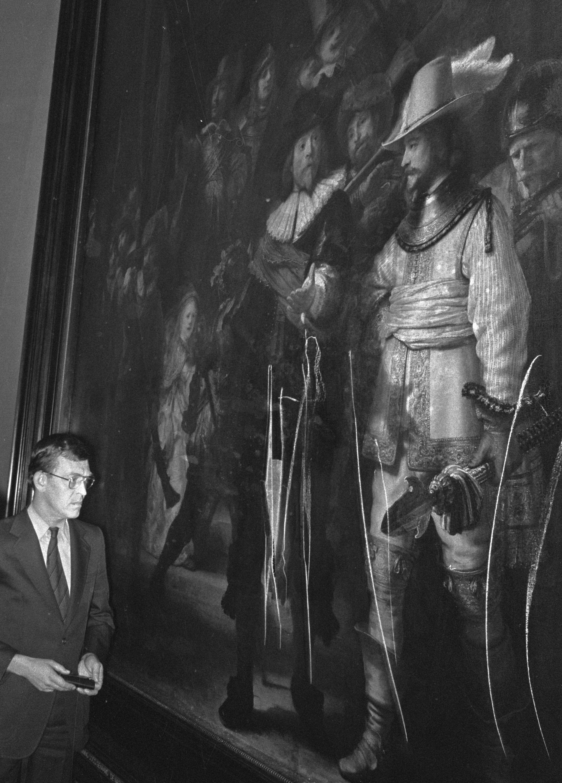 Uno de los curadores muestra a la prensa la destrucción del cuadro de Rembrandt en 1975. Fotografía: Wikimedia Commons