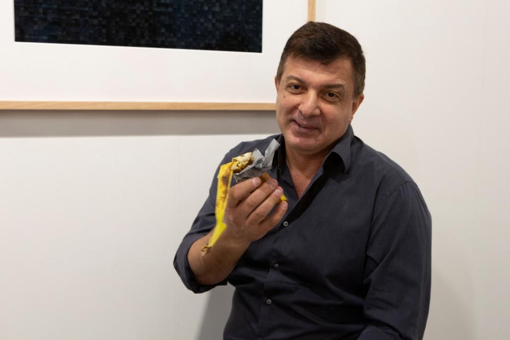 """Una banana se vendió por $120.000 en Art Basel Miami, y este artista del performance se la comió: """"¡Deliciosa!"""""""
