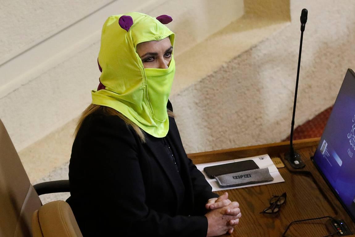 Crisis en Chile: Diputada Pamela Jiles entra al congreso encapuchada para la acusación contra Piñera