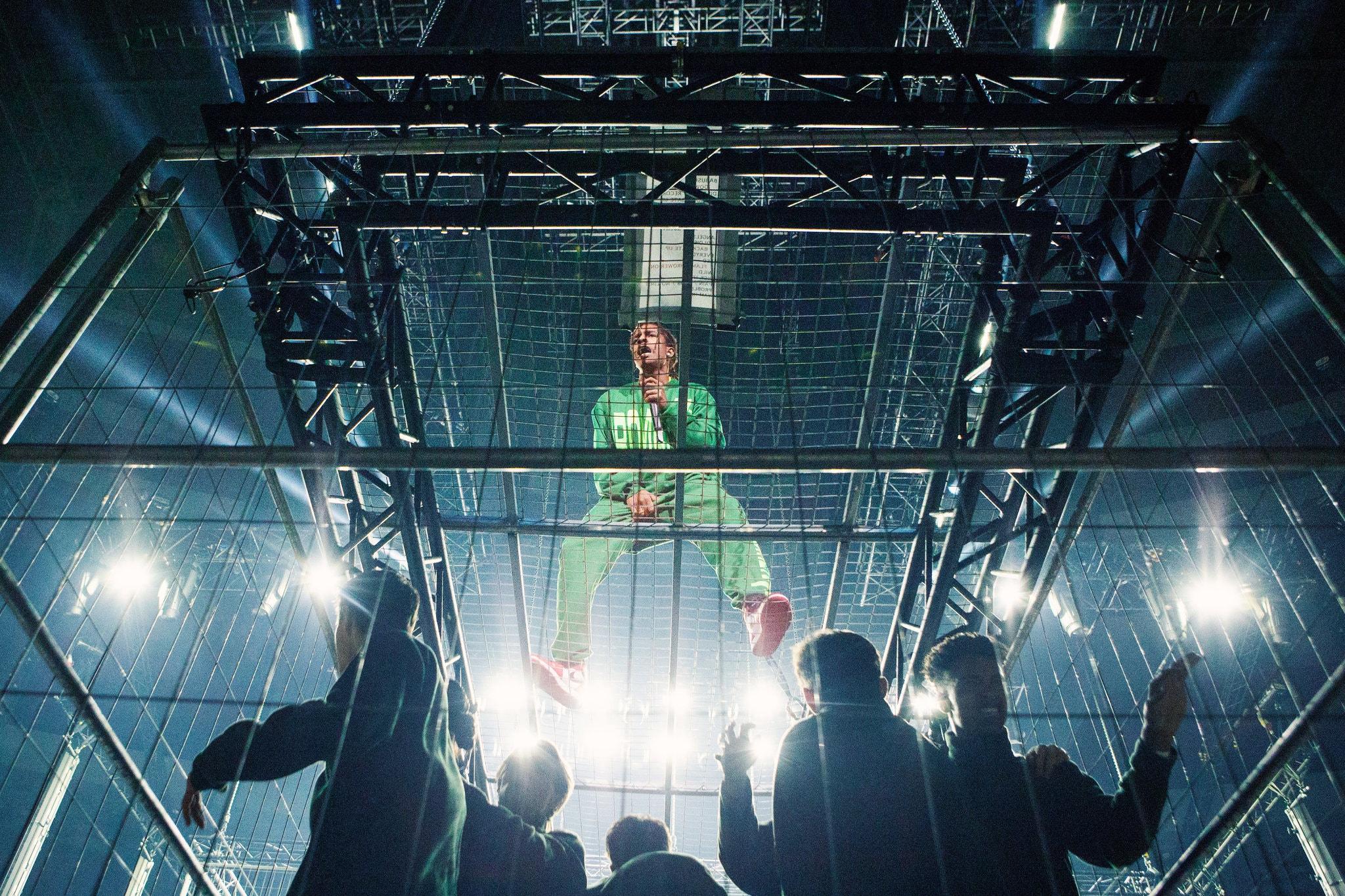 A$AP Rocky volvió a Suecia e hizo un show metido en una jaula gigante