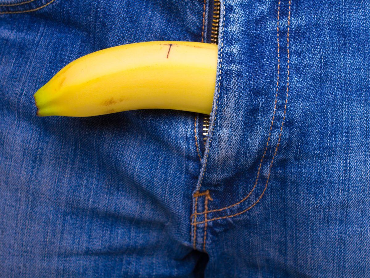 Médicos ruegan a los hombres que dejen de masturbarse con la piel de las bananas