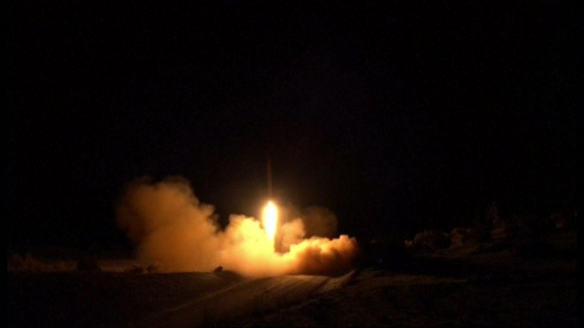 Irán responde a Estados Unidos lanzando misiles a dos bases militares en Irak