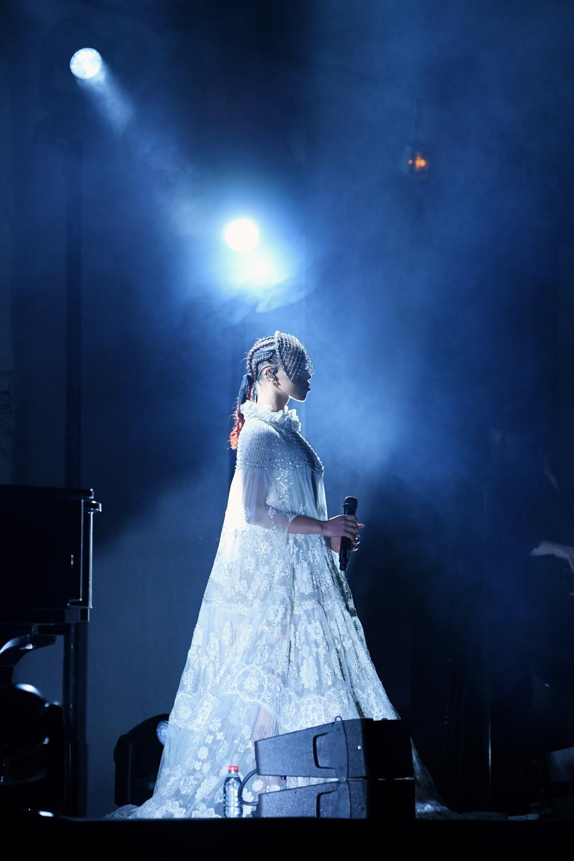 FKA twigs hizo un performance sorpresa en la pasarela de Valentino durante la Paris Fashion Week
