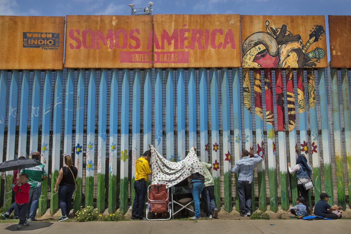 Familias separadas por leyes migratorias se reúnen a cada lado del muro fronterizo en el Parque de la Amistad, el único punto de encuentro autorizado a lo largo de la frontera entre Estados Unidos y México. En el lado estadounidense, el área de visita permanece abierta tan solo unas horas los sábados y domingos, bajo supervisión de la patrulla fronteriza. Fotografía: Griselda San Martín