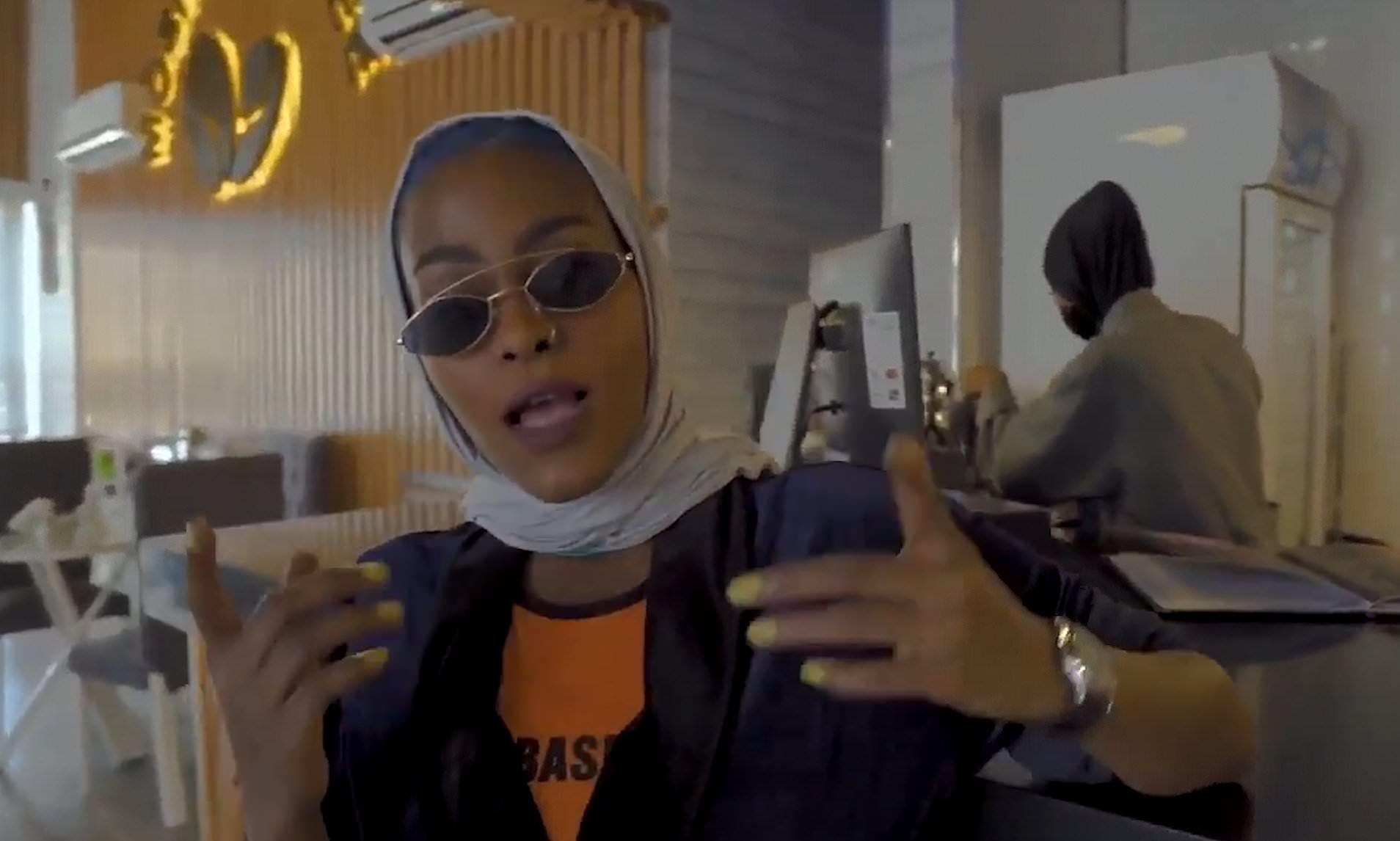 """Rapera saudí Asayel Slay fue arrestada por video musical que define a las mujeres como """"poderosas y hermosas"""""""
