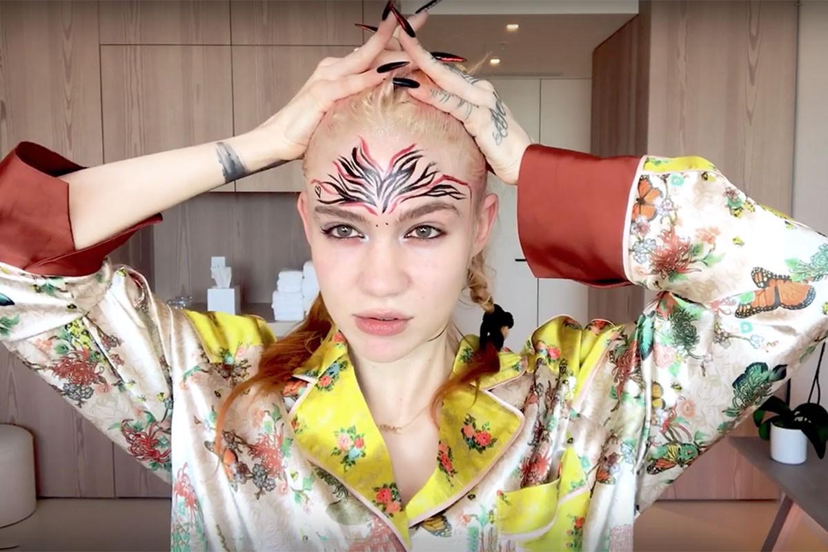 """Grimes comparte su rutina de belleza con maquillaje """"demoníaco"""" incluido"""