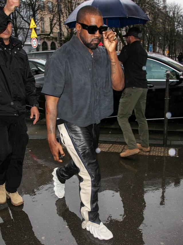 Kanye West revela nuevas zapatillas YEEZY 451 durante un Sunday Service en París