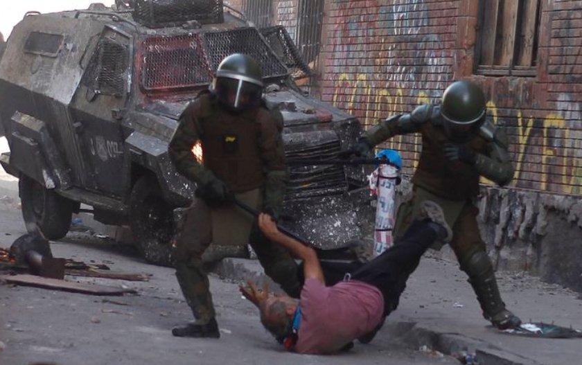 """Chile: Intendencia de la RM invoca """"Ley Antibarricadas"""" y denuncia al adulto mayor golpeado por Carabineros"""
