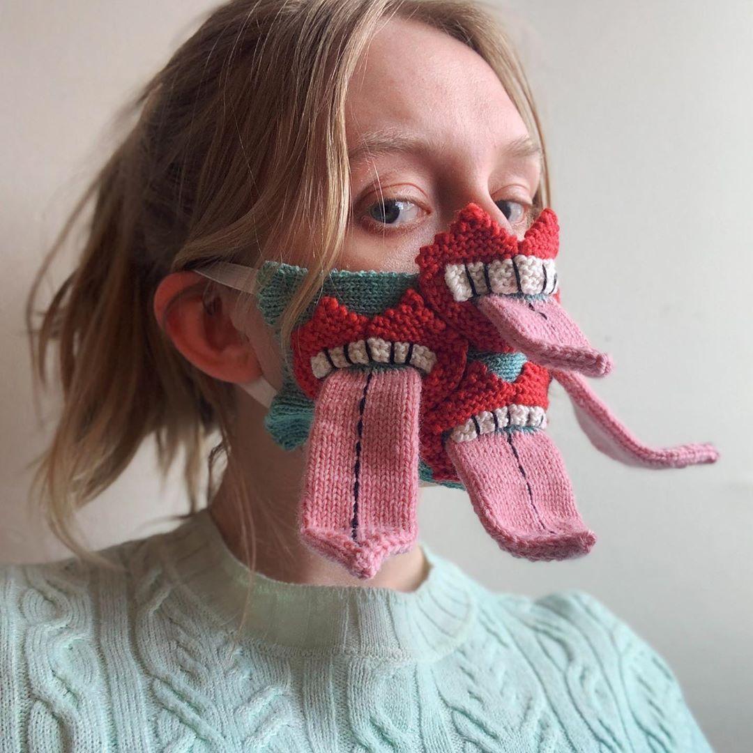 Conoce a Ýrúrarí, la artista islandesa que teje tapabocas con ingenio y surrealismo