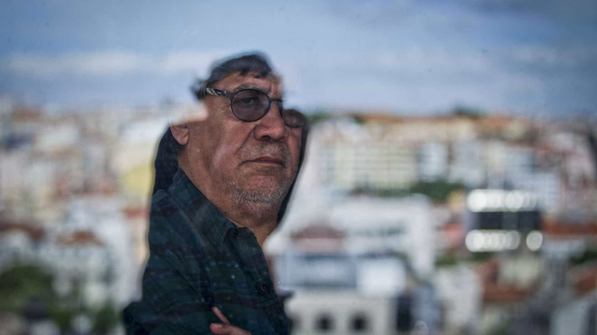 """Muere Luis Sepúlveda, escritor, periodista y cineasta chileno mejor conocido por su novela """"Un Viejo que Leía Novelas de Amor"""""""