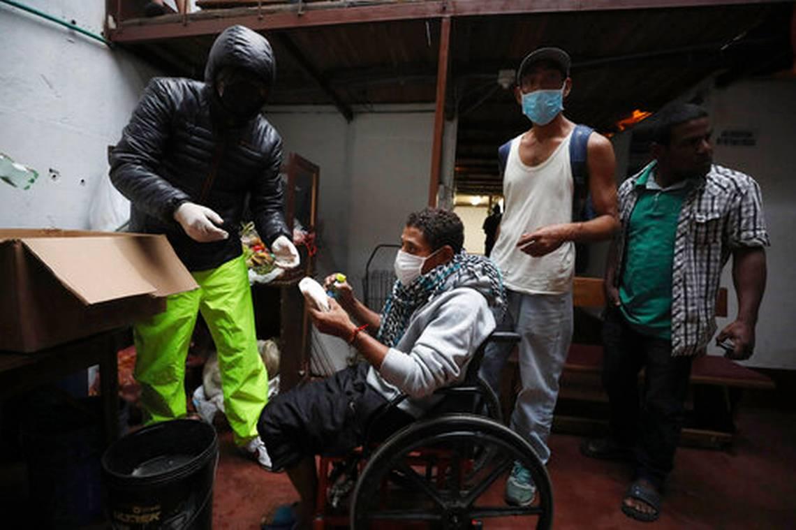 Coronavirus: Brasil desobedece a Bolsonaro y entra en cuarentena voluntaria, Ecuador deja sus cadáveres en la calle