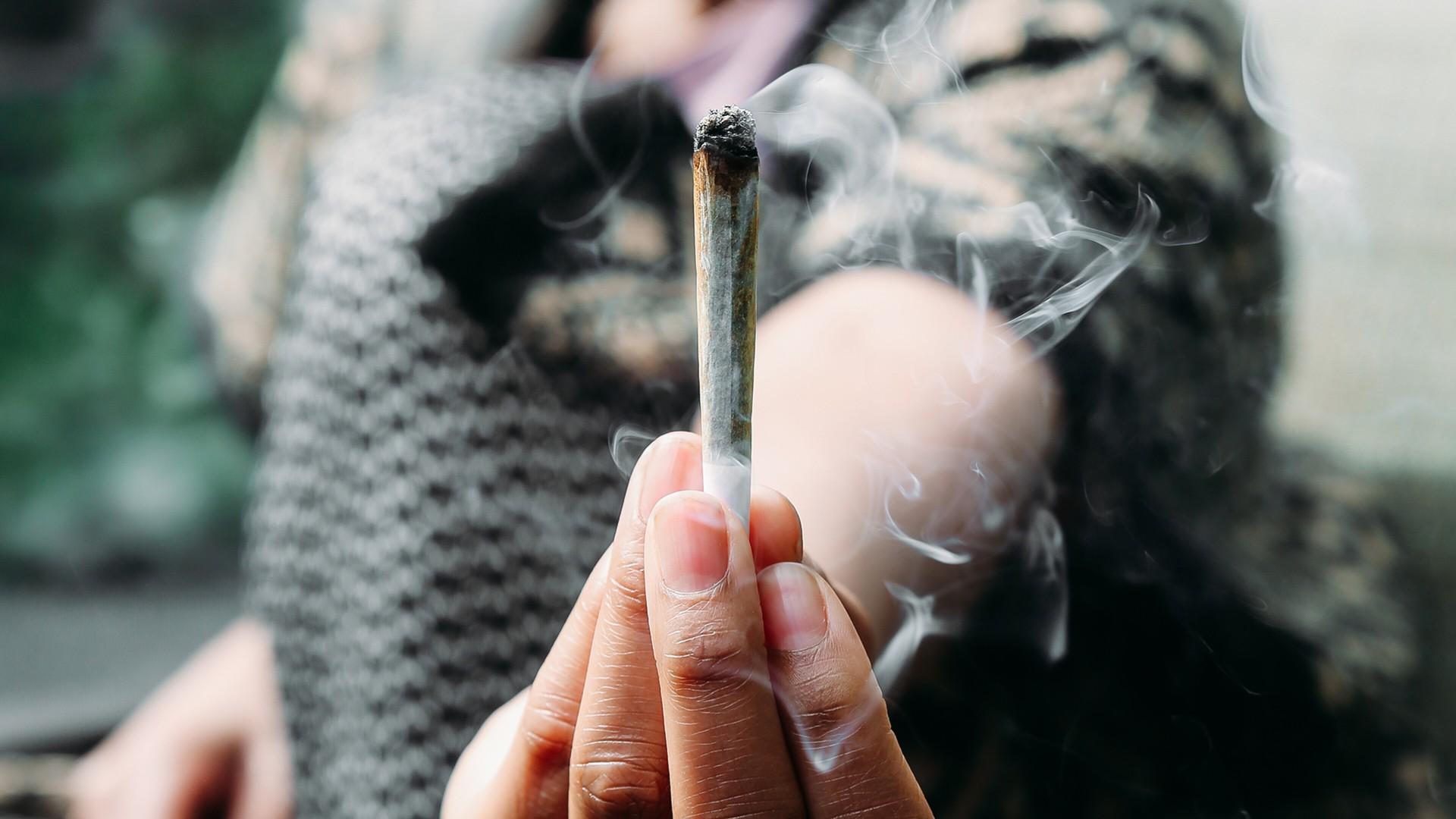 ¿Pueden fumar marihuana los contagiados con COVID-19?