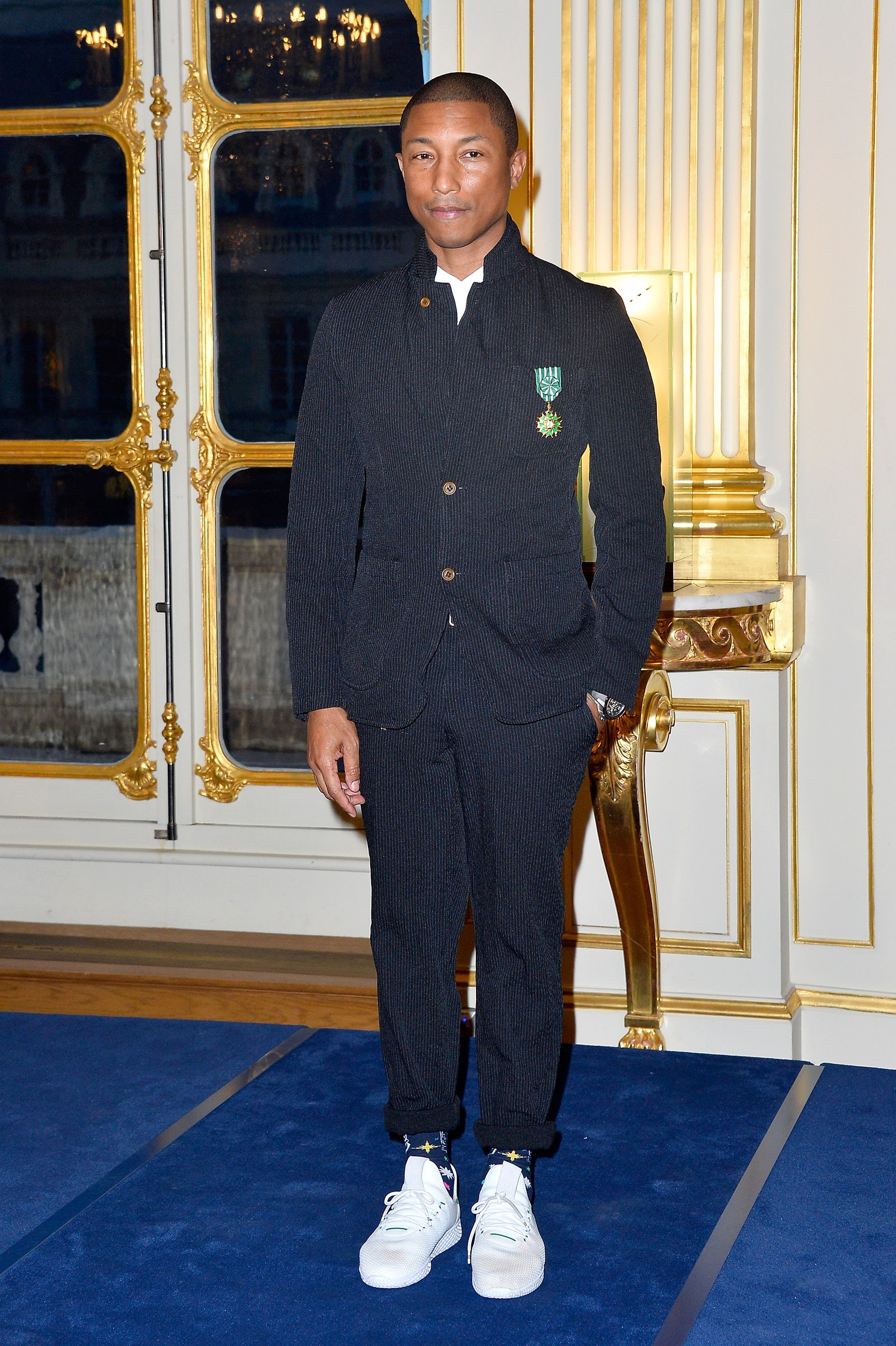"Pharrell Williams recibiendo la medalla ""Officier De L'Ordre des Arts Et Des Lettres"" en París en 2017. Fotografía: Aurelien Meunier/Getty Images"