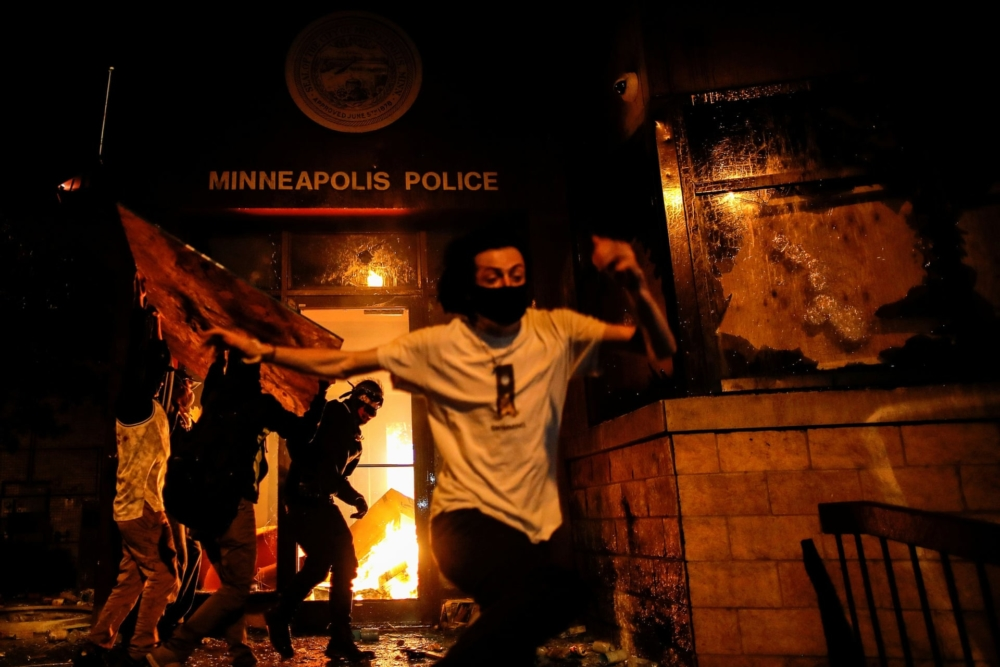 Las protestas por el asesinato de George Floyd se extienden en EE.UU.; Trump amenaza con disparar a los manifestantes
