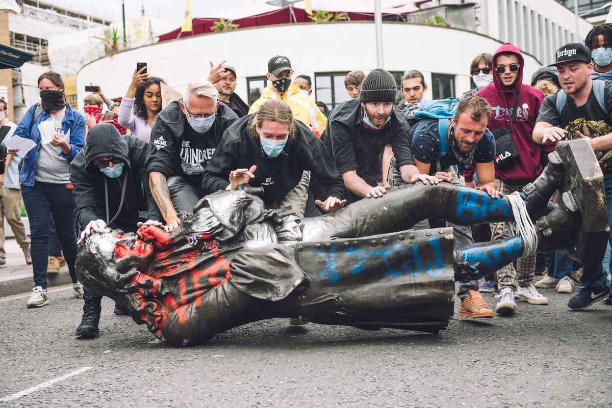 Banksy propone idea para reemplazar la estatua del esclavista derribada por manifestantes
