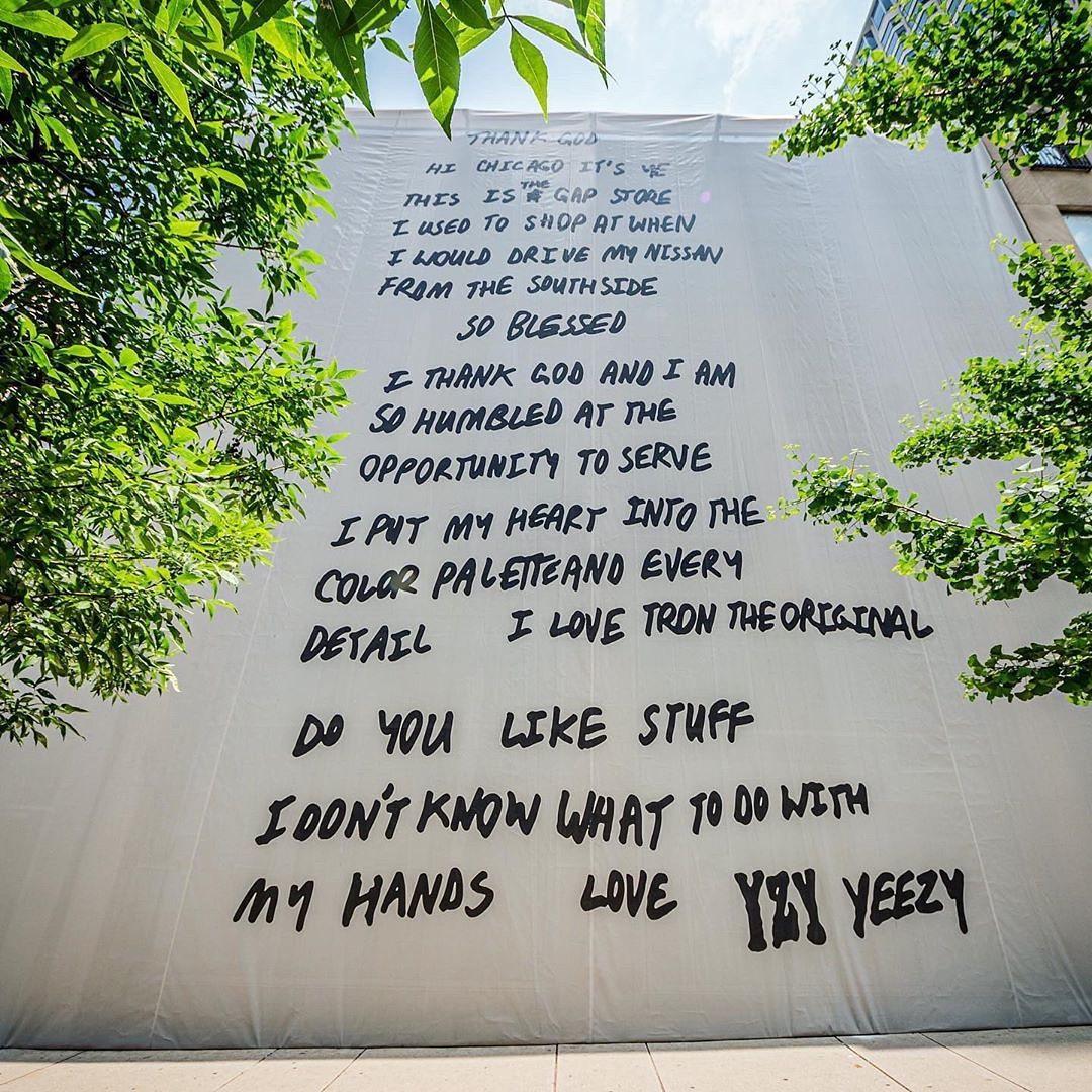 Kanye West le escribe una carta a Chicago en un mural gigante en una calle de la ciudad
