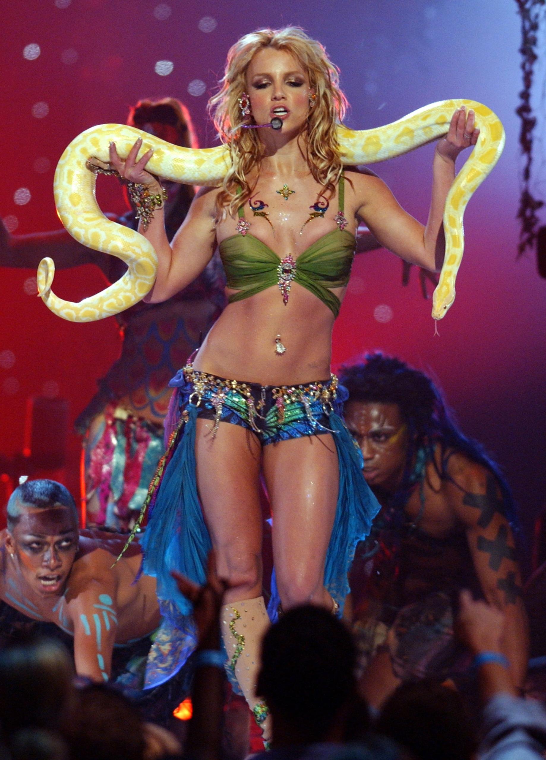 10 looks de Britney Spears que la convierten en la indiscutible princesa del pop