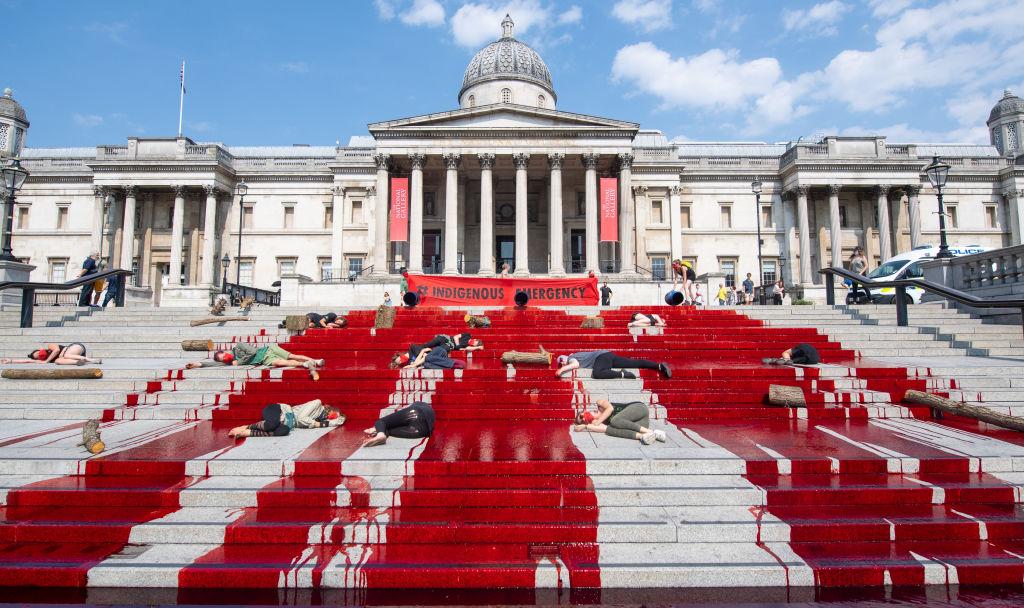 Activistas realizaron protesta frente a la Galería Nacional de Londres por la pérdida de vidas indígenas en Brasil