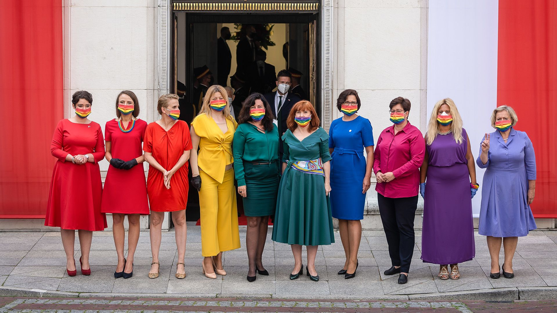 Polonia: Diputadas se visten de arcoiris en protesta contra el presidente Andrzej Duda y sus políticas homofóbicas