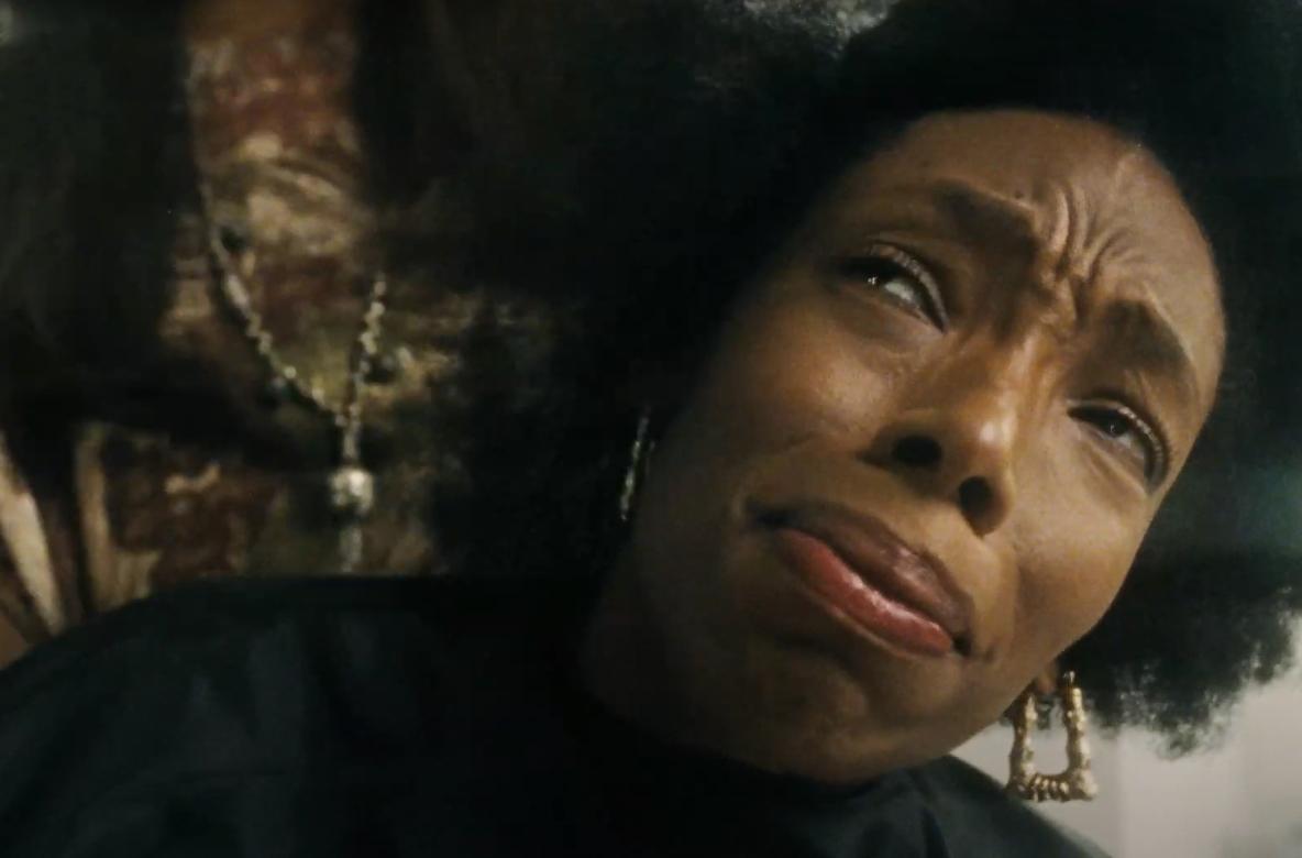 """""""Bad Hair"""": El nuevo filme de terror de Hulu tiene una peluca asesina, gore y una crítica brutal a los estándares de belleza"""