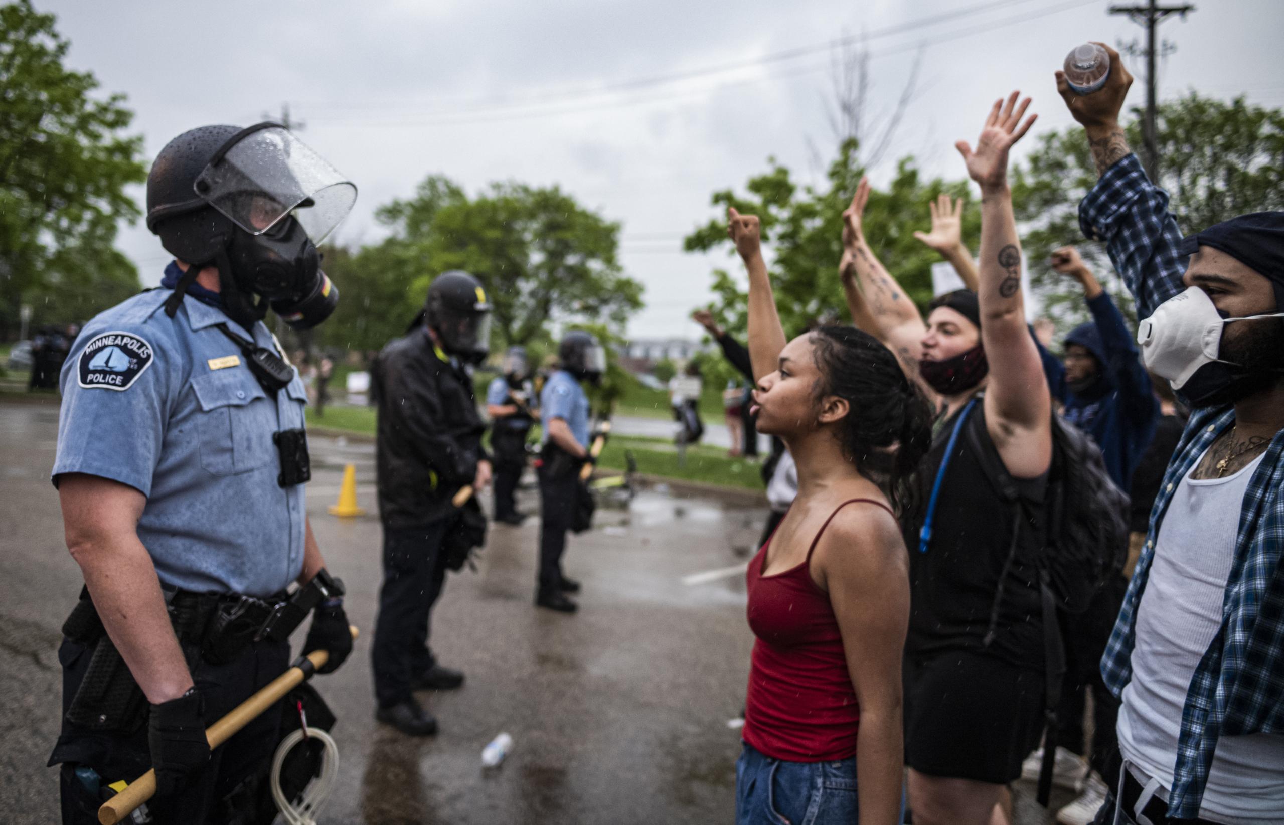 Grupos supremacistas blancos y milicias están infiltrados en las policías de los EE.UU., según un informe