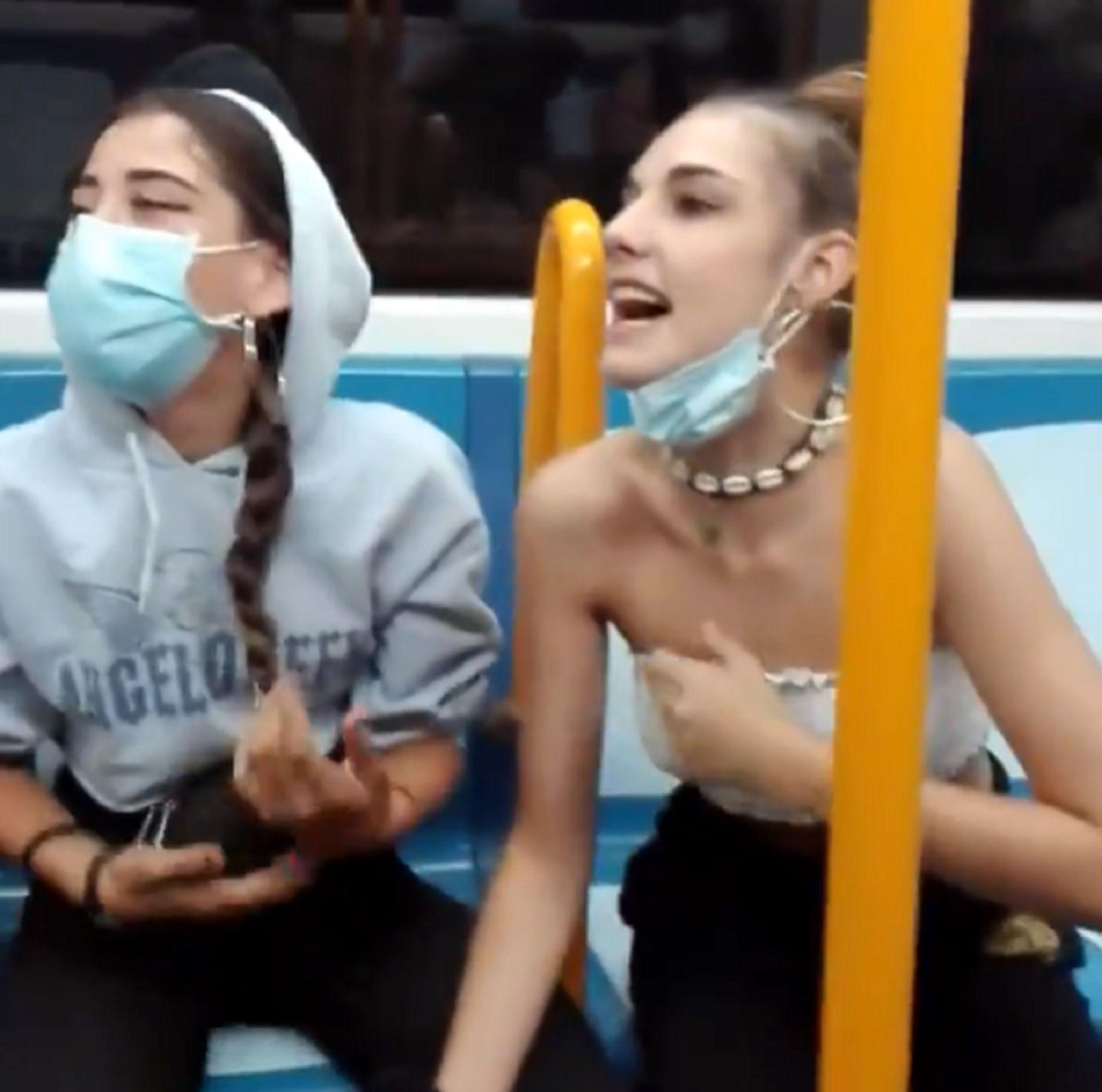 """Tres adolescentes escupen e insultan a latinos en Metro de Madrid: """"Panchito de mierda, en la selva no tenéis condones"""""""