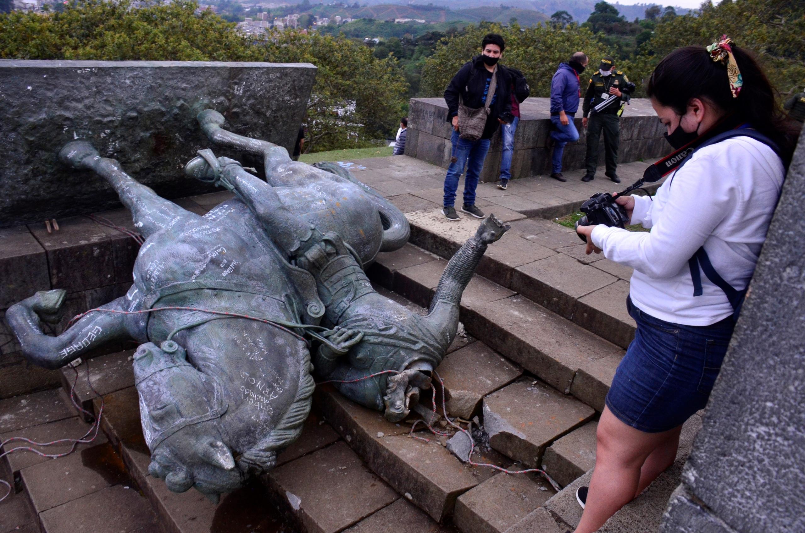 """Colombia: Manifestantes indígenas derrumban estatua del """"conquistador"""" español Sebastián de Belalcázar"""