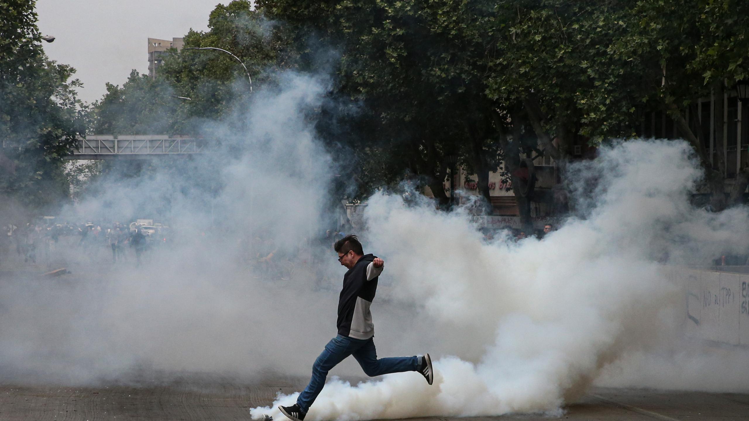 El gas lacrimógeno es más peligroso de lo que muchos creen y debería ser prohibido, según estudio