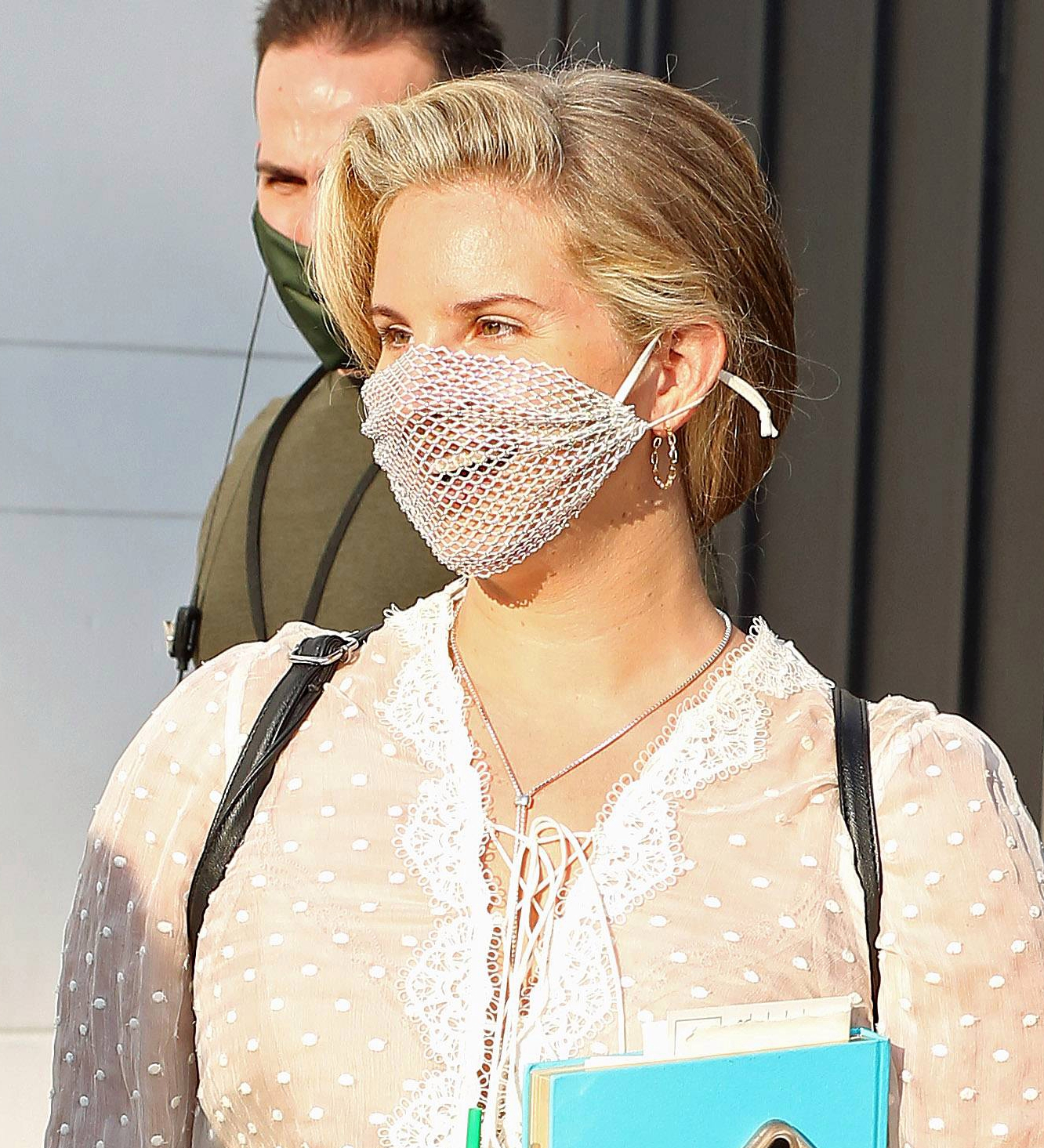 Lana Del Rey criticada por llevar una mascarilla de malla a un encuentro con sus fans en Los Ángeles