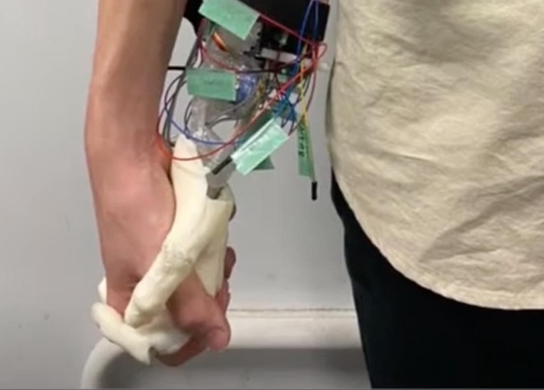 Científicos japoneses crean mano robótica para sostener la mano de personas solitarias
