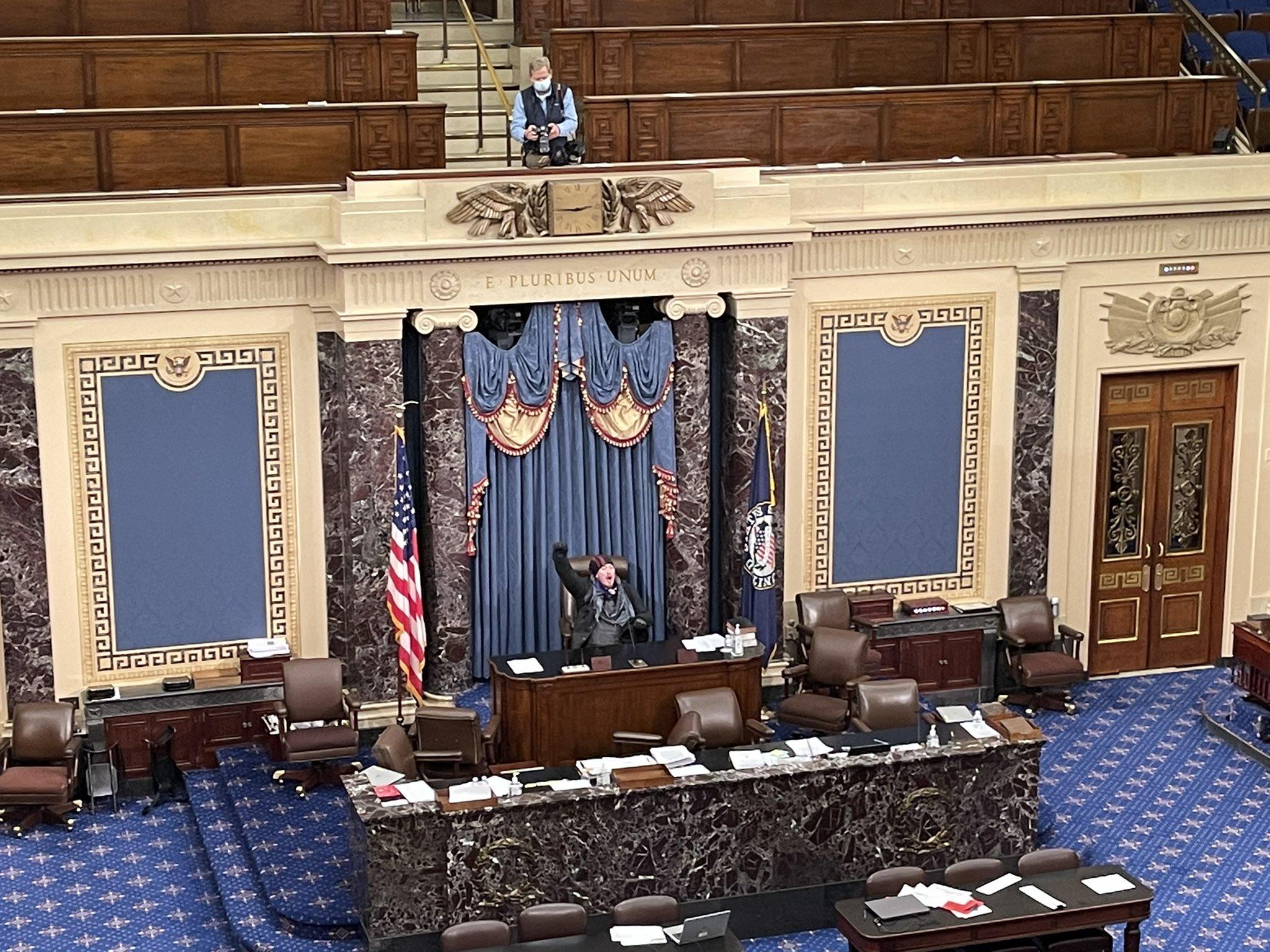 EE.UU.: Simpatizantes de Trump irrumpen violentamente en el Senado durante la certificación de votos de Joe Biden