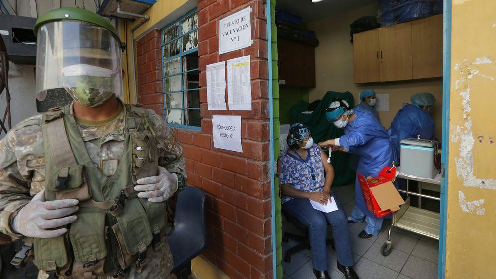 Coronavirus: Revuelo en Perú por vacunación de expresidente Vizcarra y ministros; Colombia recibe primer lote de vacunas