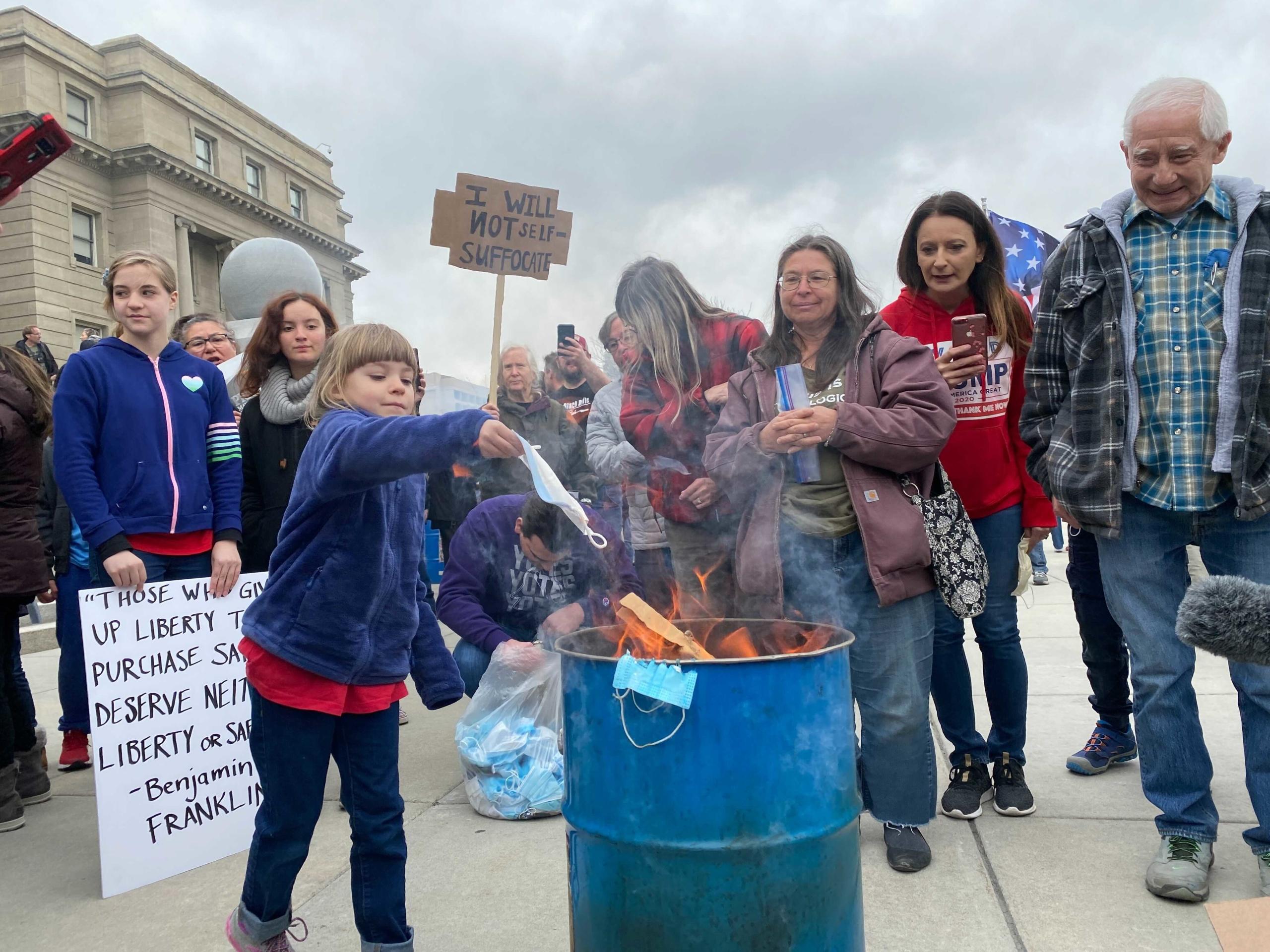 EE.UU.: Niños queman mascarillas en protestas anti-mascarillas en Idaho