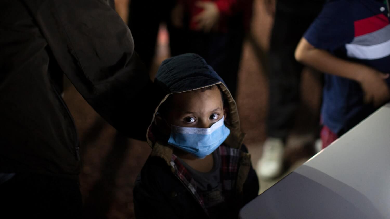 """""""¿Usted me puede ayudar? Me dejaron botado"""": Otro niño de 10 años es abandonado en la frontera de EE.UU."""