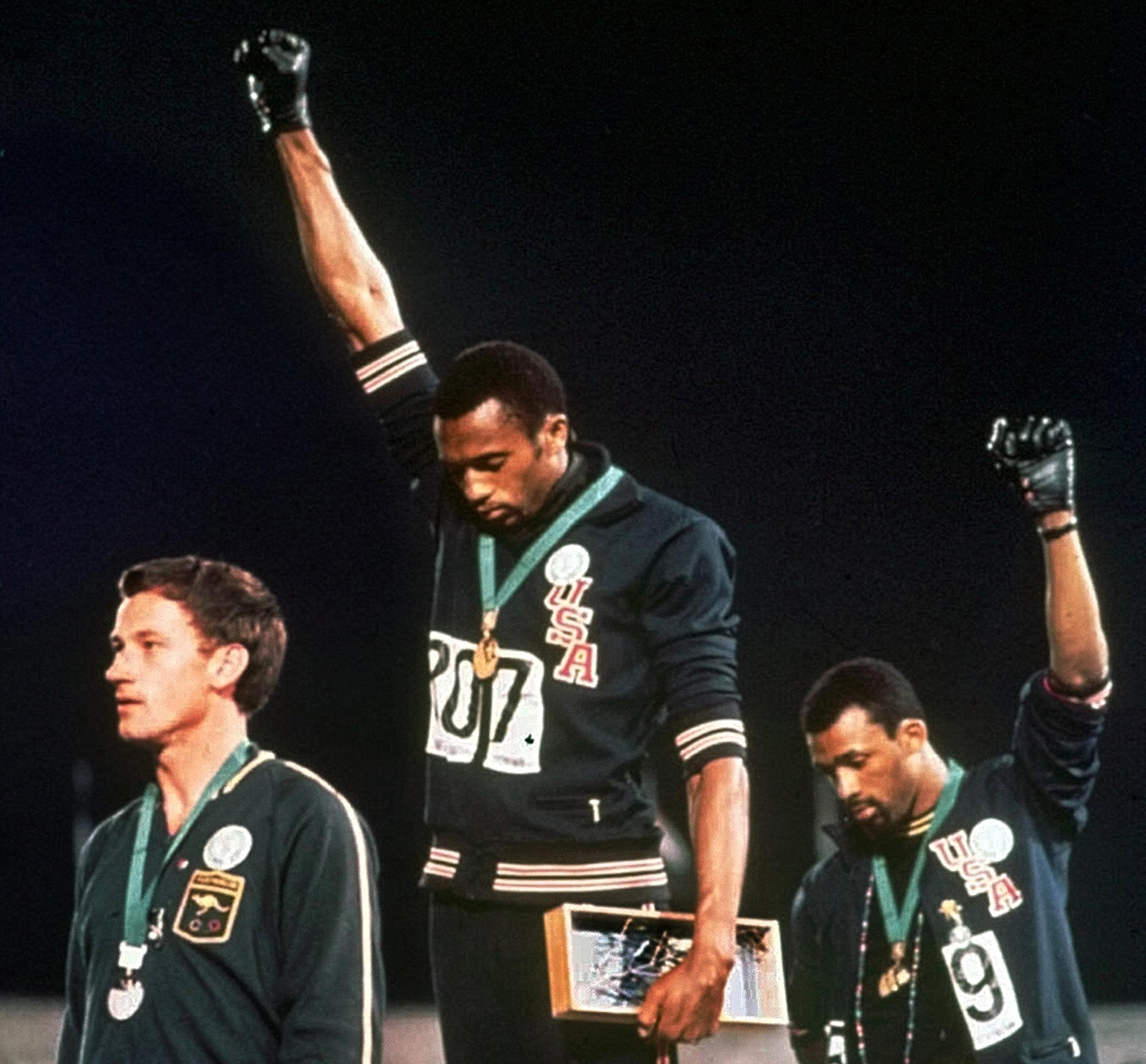 Juegos Olímpicos: Símbolos de protesta como alzar el puño o arrodillarse serán sancionados