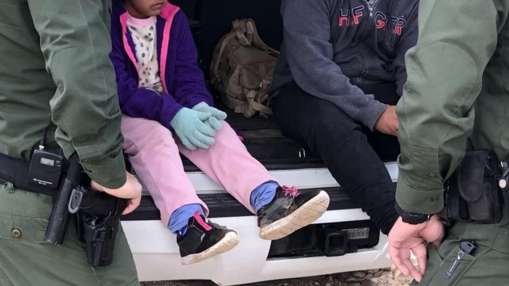EE.UU.: Rescatadas cinco niñas migrantes, entre ellas un bebé, abandonadas en la frontera de Texas