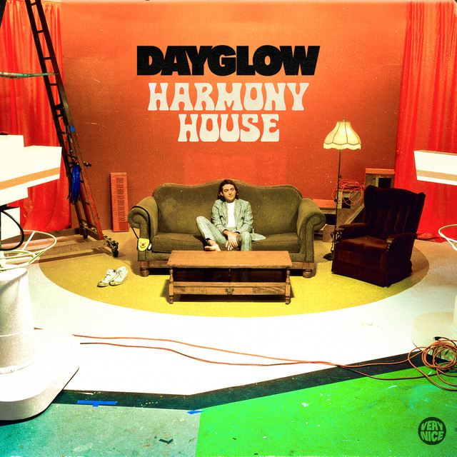 "Portada del álbum ""Harmony House"" de Dayglow."