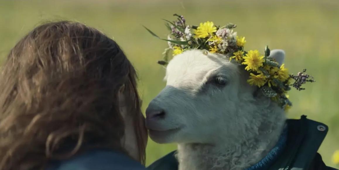 """Noomi Rapace da a luz a un bebé mitad humano y mitad cordero en el trailer de """"Lamb"""", el provocador drama de A24"""