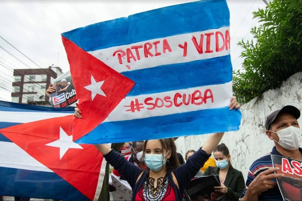 """Gobierno cubano confirma un fallecido durante las manifestaciones y un número """"no especificado"""" de detenidos"""