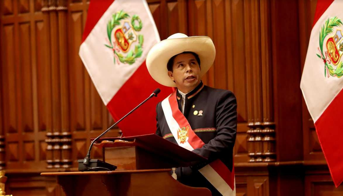 """Perú: Pedro Castillo establece que """"los jóvenes que no estudian ni trabajan deberán acudir al servicio militar"""""""