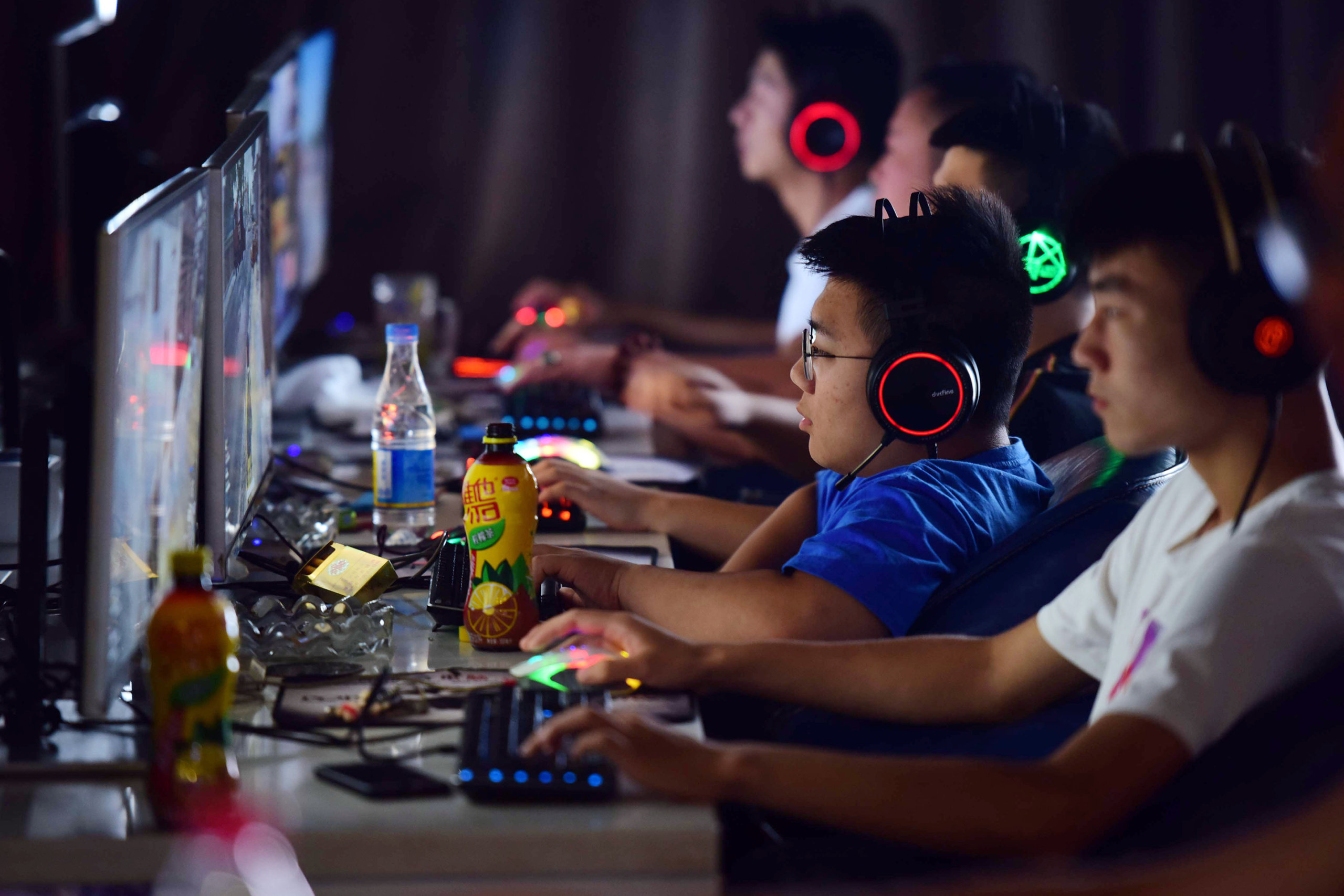 """""""Ganas de llorar"""": China causa frustración a los adolescentes al permitir jugar videojuegos solo por dos horas al día"""