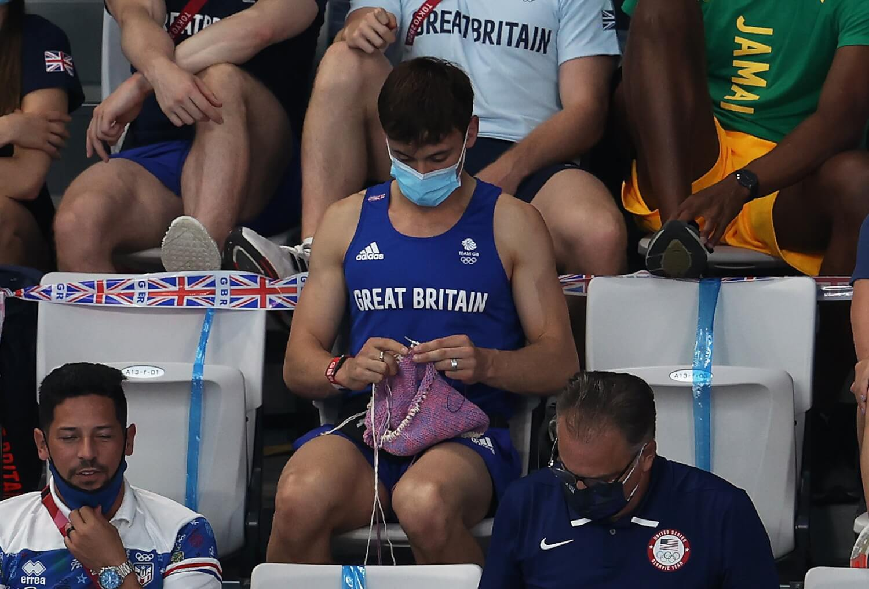 Goals: El medallista olímpico Tom Daley pasa el tiempo libre en Tokyo 2020 tejiendo sweaters para su perro