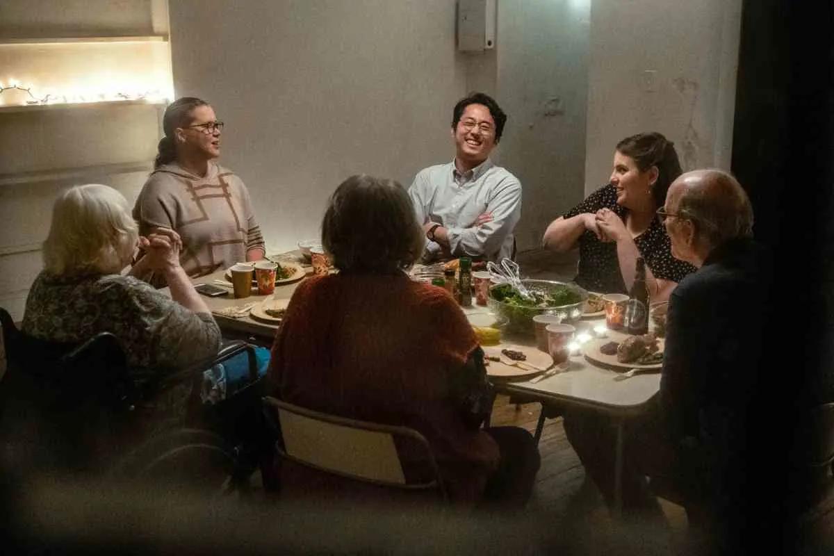"""""""The Humans"""": Steven Yeun y Beanie Feldstein tienen una cena familiar inquietante en lo nuevo de A24"""