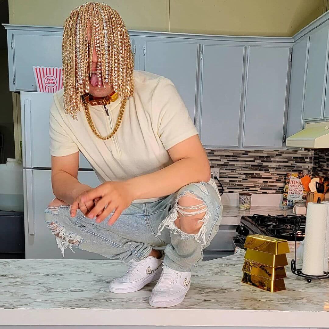 El rapero Dan Sur se implanta cadenas de oro en el cuero cabelludo