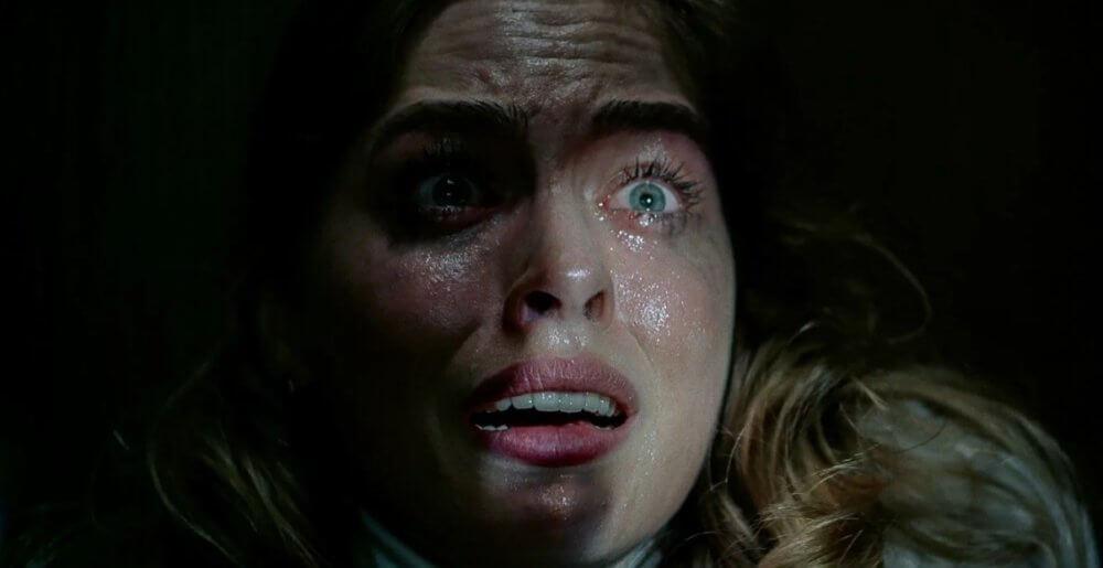 """En el trailer de """"There's Someone Inside Your House"""" de Netflix, el asesino lleva una máscara con el rostro de sus víctimas"""