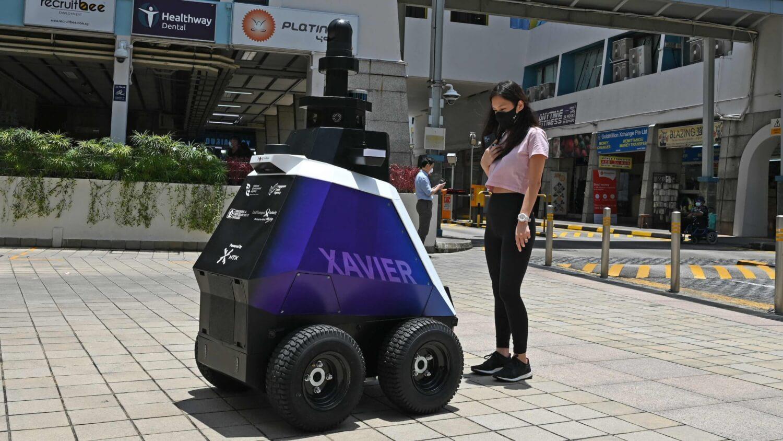"""WTF? Estos robots policía de Singapur monitorean el """"comportamiento social indeseable"""" de los ciudadanos"""